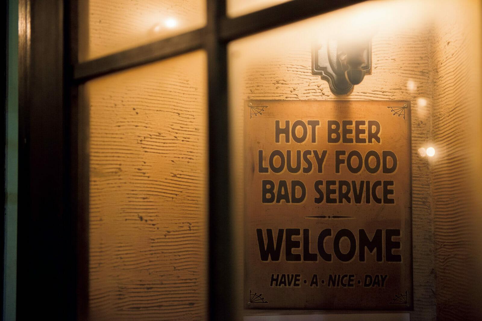 「温ビール、酷い飯……」。店内のサイネージはブリティッシュ・ユーモア満載。