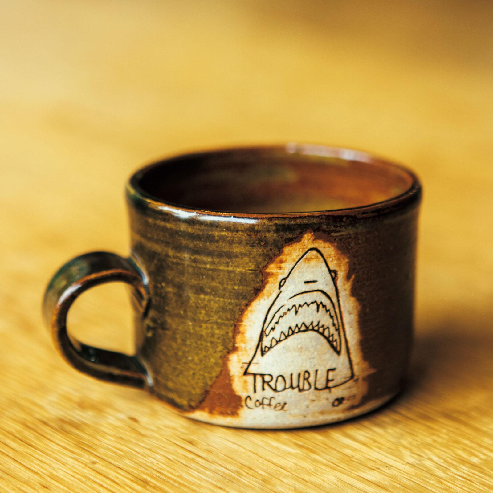 ジェリー鵜飼(アートディレクター)サンフランシスコの〈トラブルコーヒー〉に立ち寄ったら、必ず新作のマグを買ってしまう。これでコーヒーを飲みながら看板メニューのシナモントーストに思いを馳せるのです。