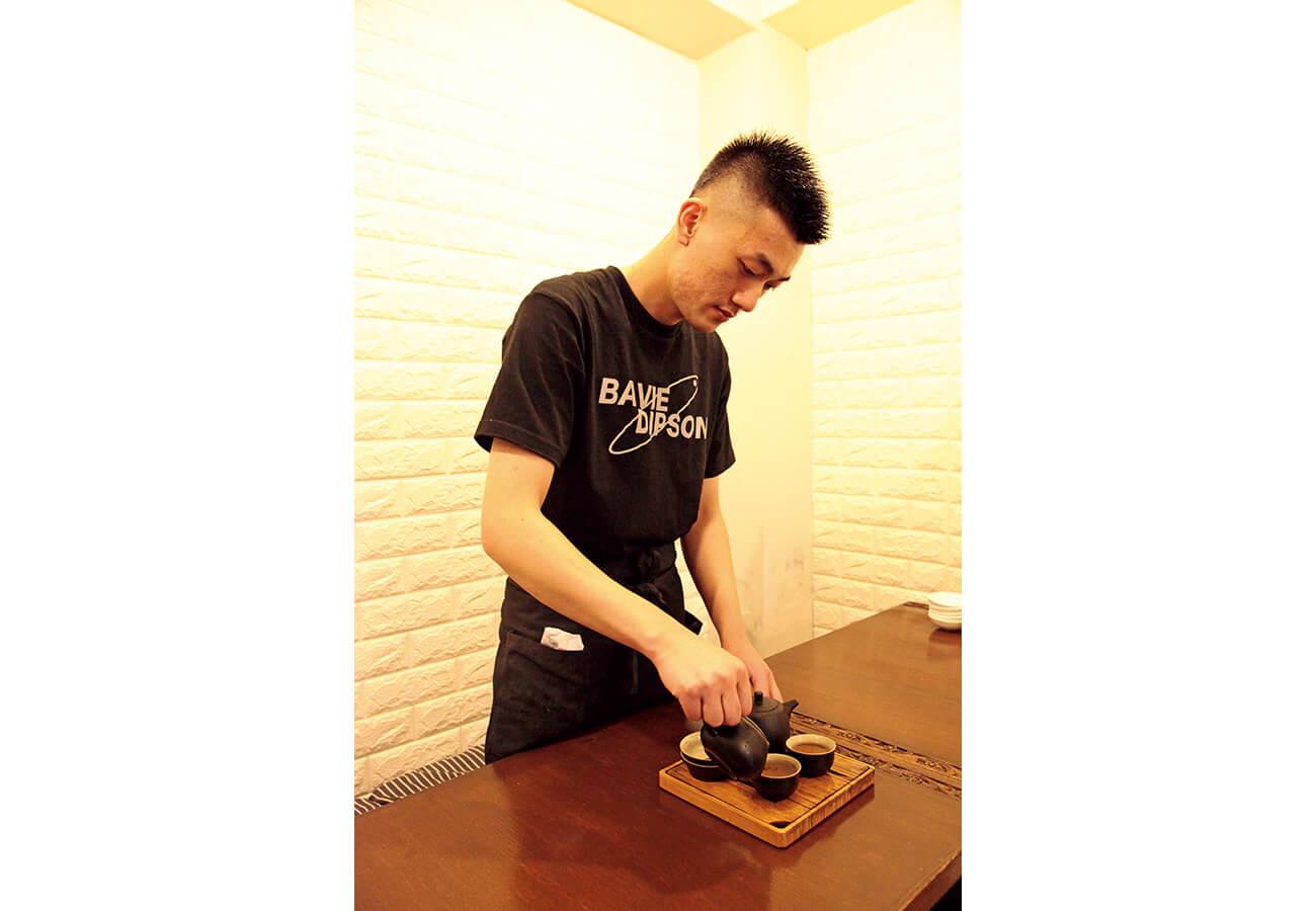 「中国茶にも力を入れたい」と26歳の店主、葉さん。