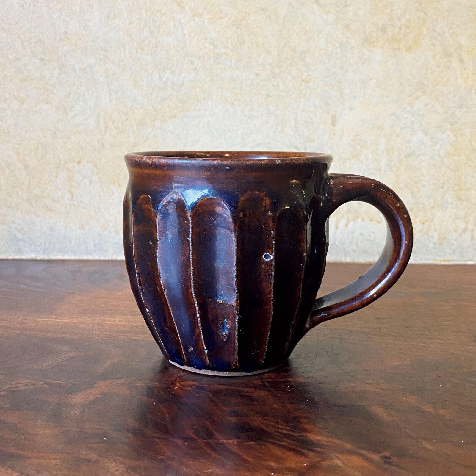 広瀬一郎(〈桃居〉店主)10年以上使っている益子の作家、郡司庸久さんのマグ。手が覚えて慣れているので使いやすく、朝のコーヒーは必ずこれです。たっぷりと入り、飴釉の色もきれいです。
