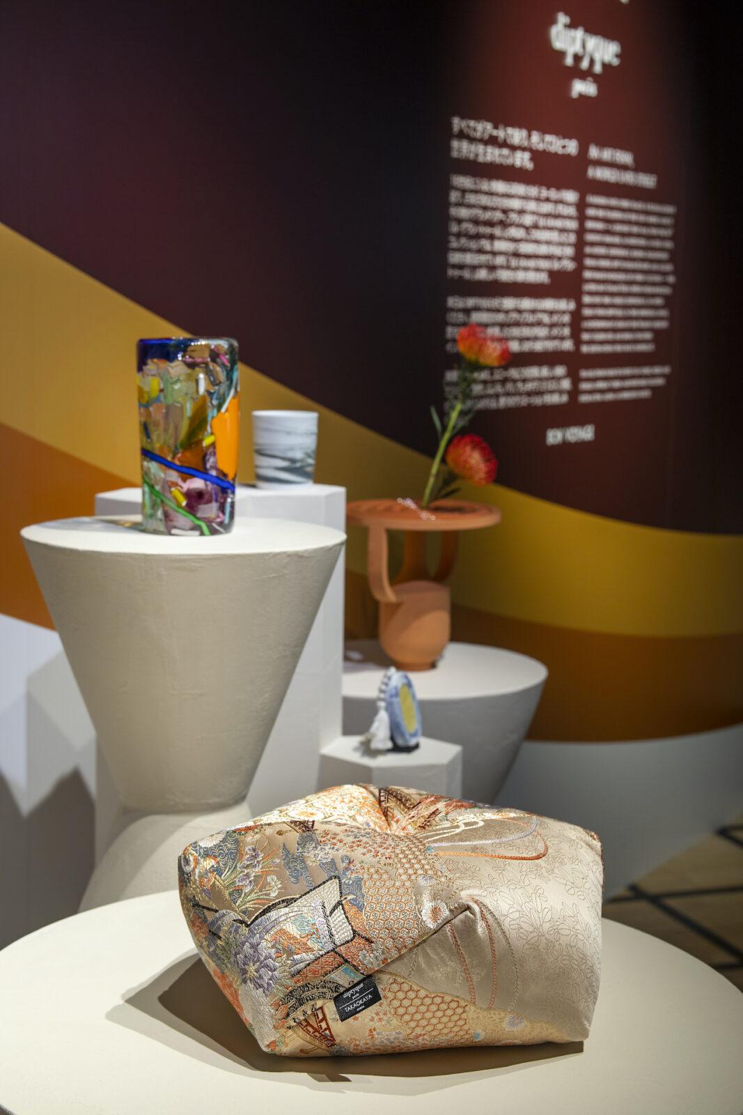 初のホームデコレーション コレクションからも、ル・グラン・トゥール限定製品が登場。テーブルウェアや花器が並ぶ。