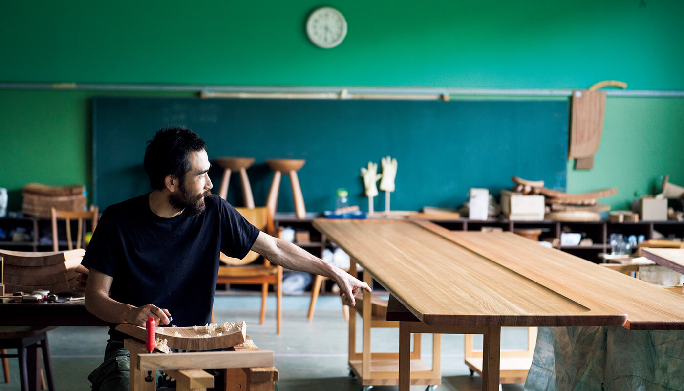 廃校を工房にした〈木工森〉。並んでいるのは、きのこスツール(各¥45,000)。形の異なる鉋を使い分けて作る。住所:吉野郡下市町伃邑492-1 | 地図/Instagram:@mokkou.moriで要予約。
