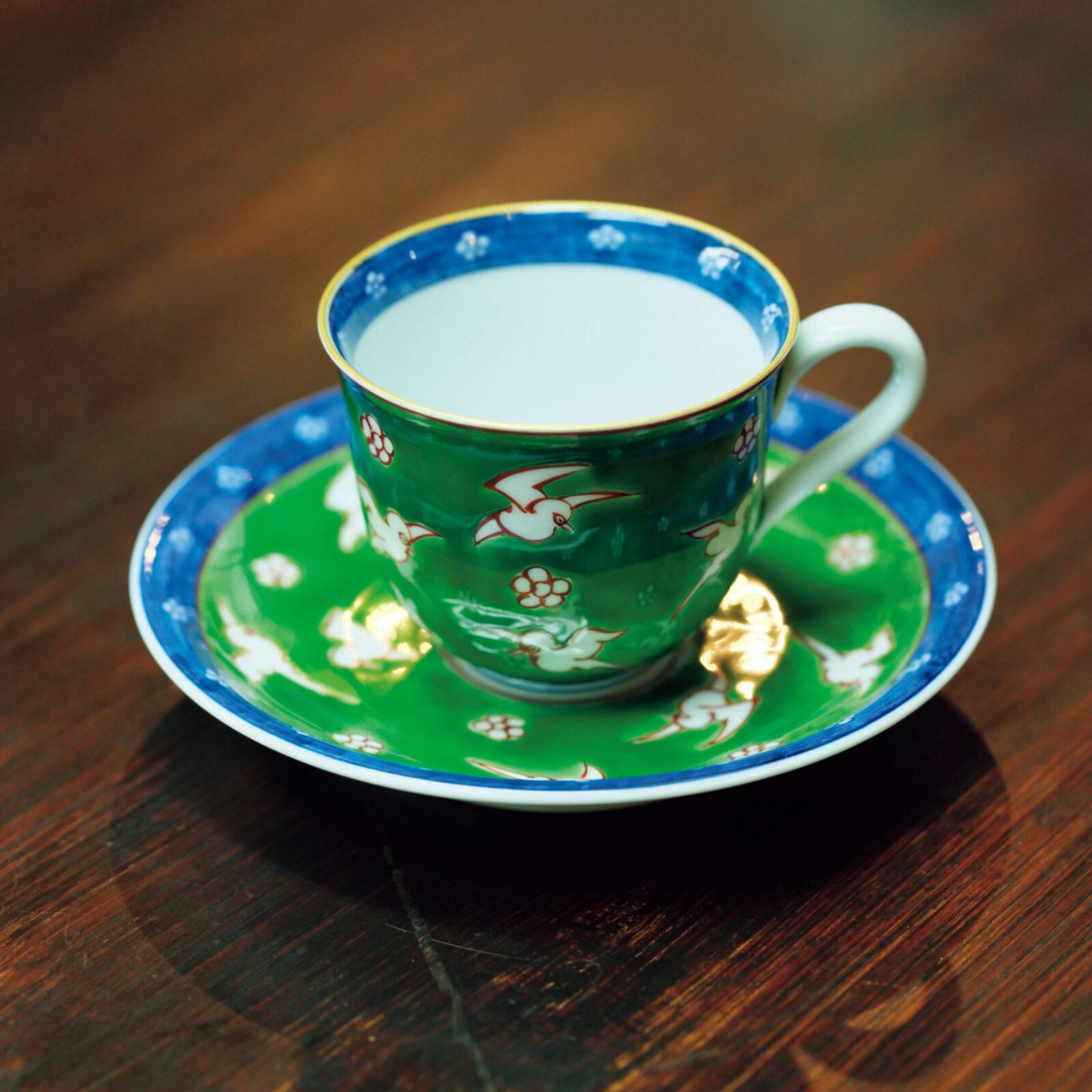 津原泰水(小説家)九谷焼の小ぶりなカップ&ソーサーを色柄違いで何客か持っています。緑色がきれいで、濃いめに落としたコーヒーによく映える。柄も飄々としていて何年使っても飽きません。