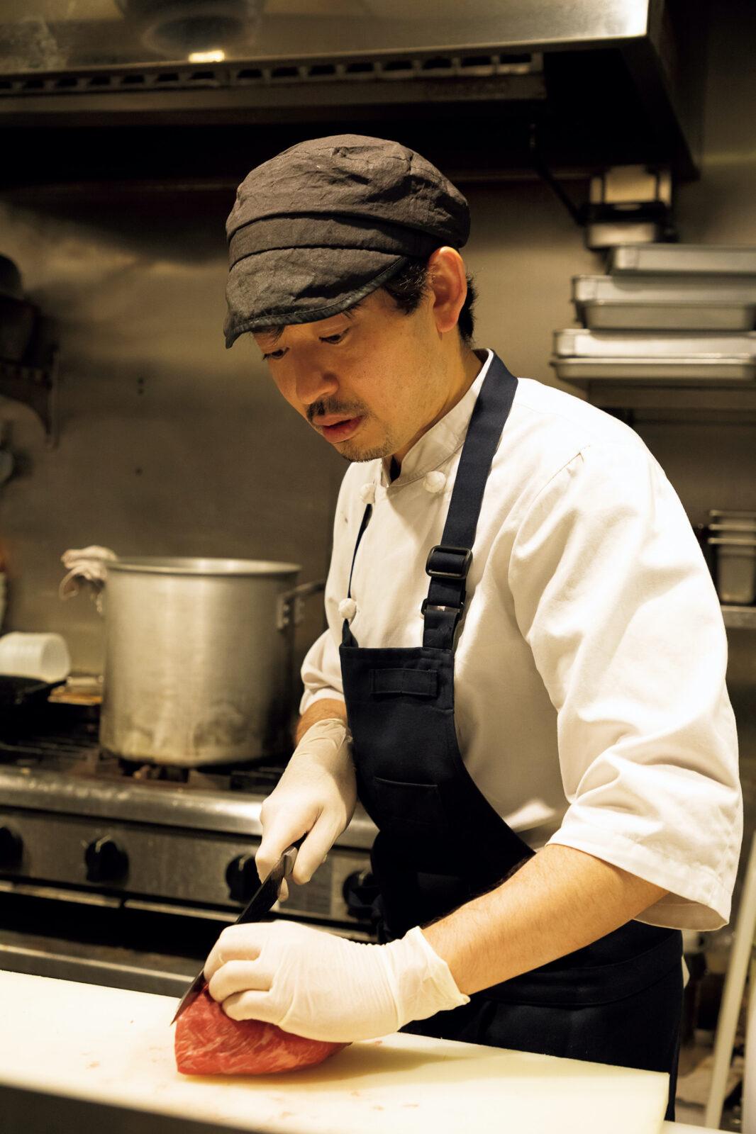 """店主の渕岡弘幸さん。師匠の""""神のカット""""に衝撃を受け、焼肉の道へ。"""
