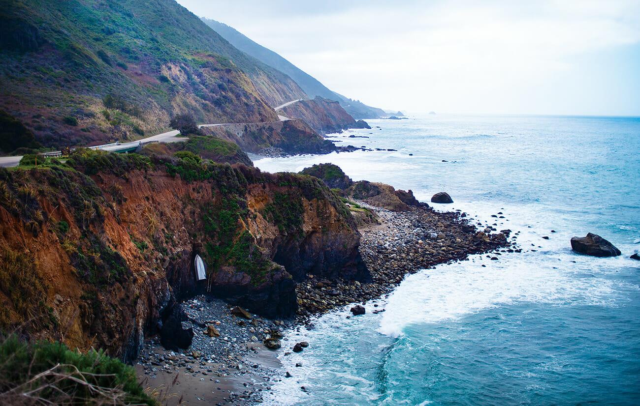 かつてハンター・S・トンプソンがセルフポートレートを撮った海岸線の風景。