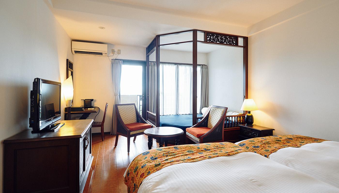 〈星野リゾート西表島ホテル〉のスーペリアツイン1泊¥12,000〜(1名あたり、税・サービス料別、朝食付き)。