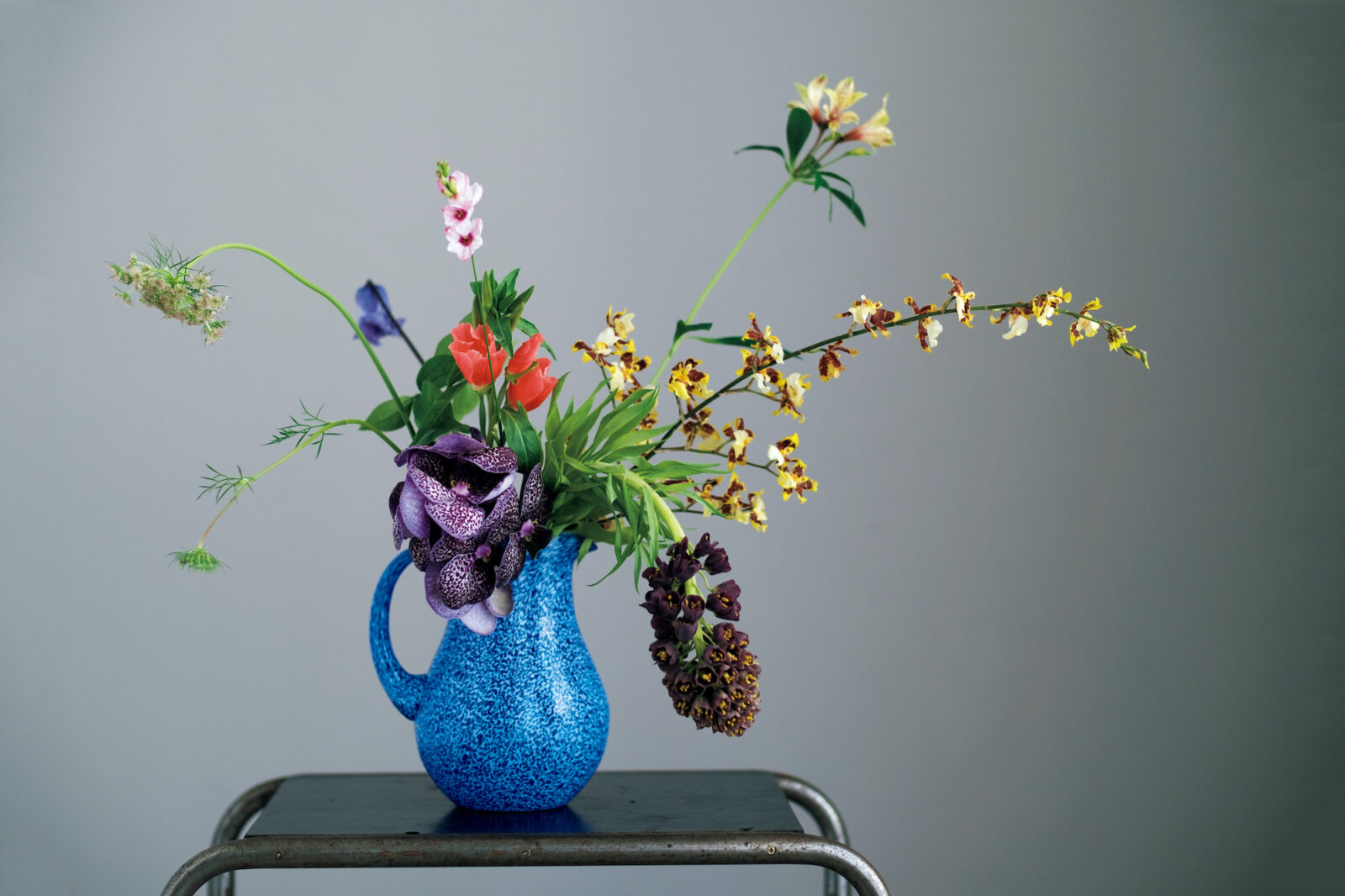 ブルーのガラス花器