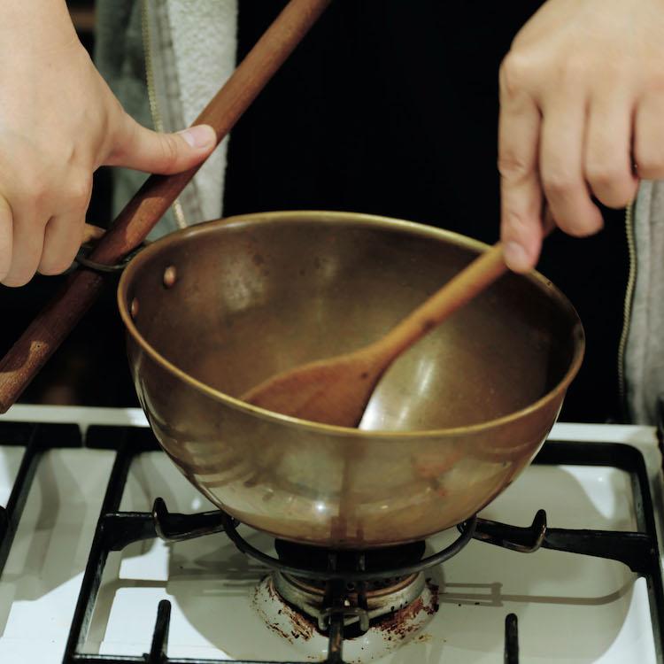 少し重い銅のボウルは英国で。直火にかけてジャムを炊く。