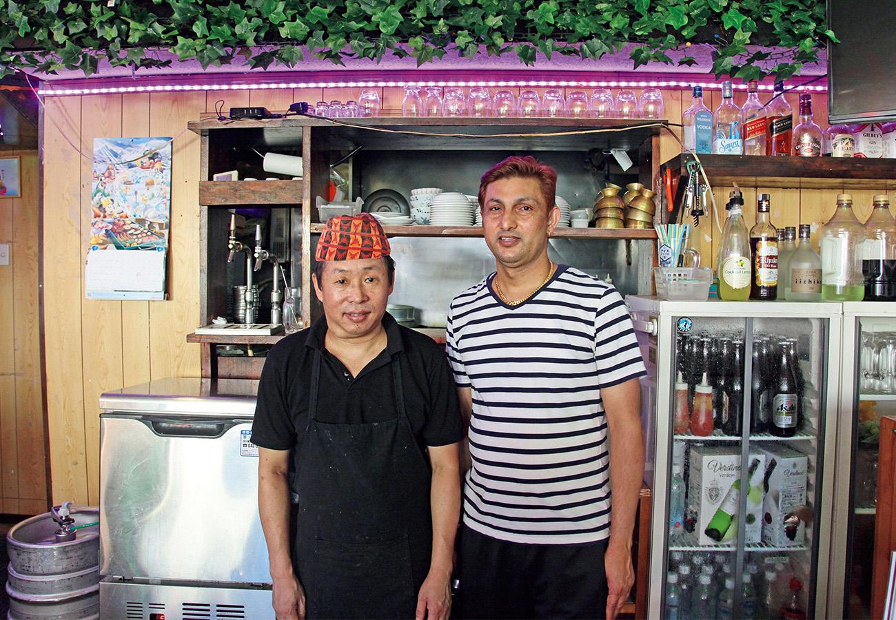 シェフのラーイさん(左)も店長のルドゥラさんもタカリ族。
