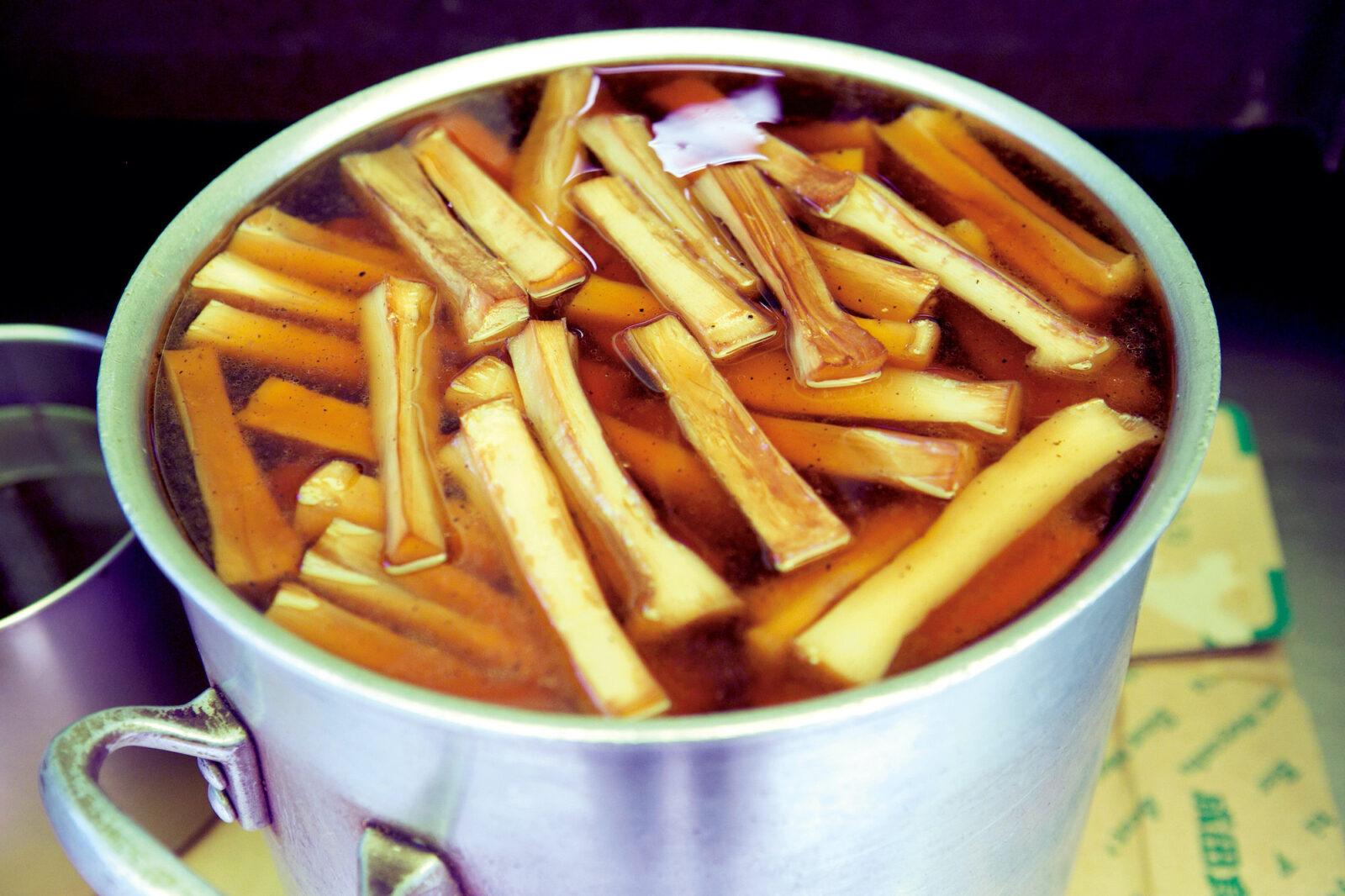 倉庫や冷蔵庫にも製造中のメンマ入り鍋がいくつも並ぶ。原料となる麻竹は、時期によって台湾産と中国産を使い分ける。