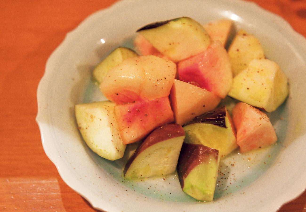 水茄子と桃のドレッシング和え¥600。カリッ、サクッと歯応えも満点。