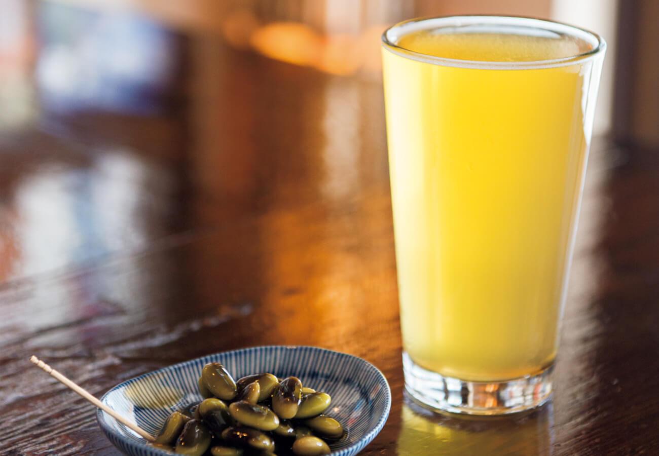 定番のアフリカ・ペールエール(志賀高原ビール)¥1,200。ひたし豆¥400。鞍掛豆をだしに漬けた長野の郷土料理で、あと引くおいしさ。