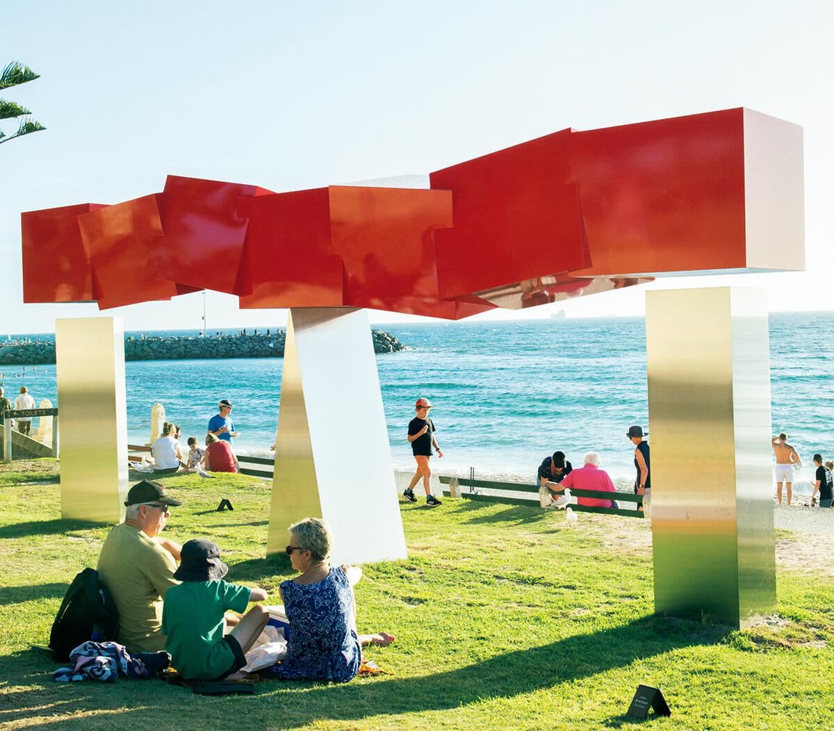 毎年3月、コテスロー・ビーチでは世界最大の野外彫刻展『Sculpture by the Sea』が開催されている。日本人アーティストも多く参加しており、写真は磁石を用いた作品で知られる内田晴之「メリー・ゲート」。