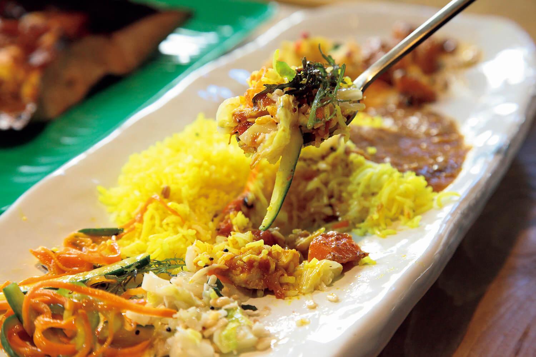 ダルやサンバルを混ぜたライスに、ベルプーリやベジヌードルを混ぜれば、口中はめくるめく食感のアンサンブル。