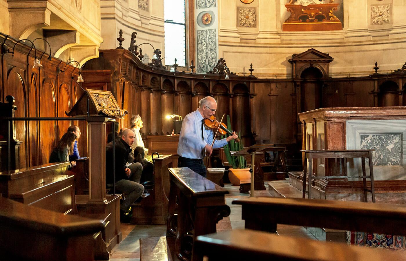 街の一番奥にある小さな教会で出会ったバイオリン生演奏。