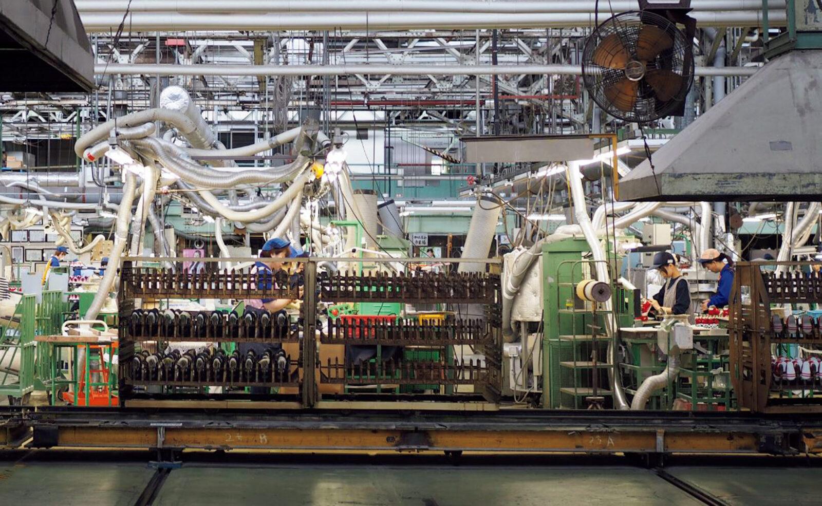 設備の充実もさることながら、手作業がメイン。約42,000坪もの広大な敷地にはいくつもの工場が並ぶ。しかし精巧で美しいシルエットは、基本的に職人の手から生まれている。