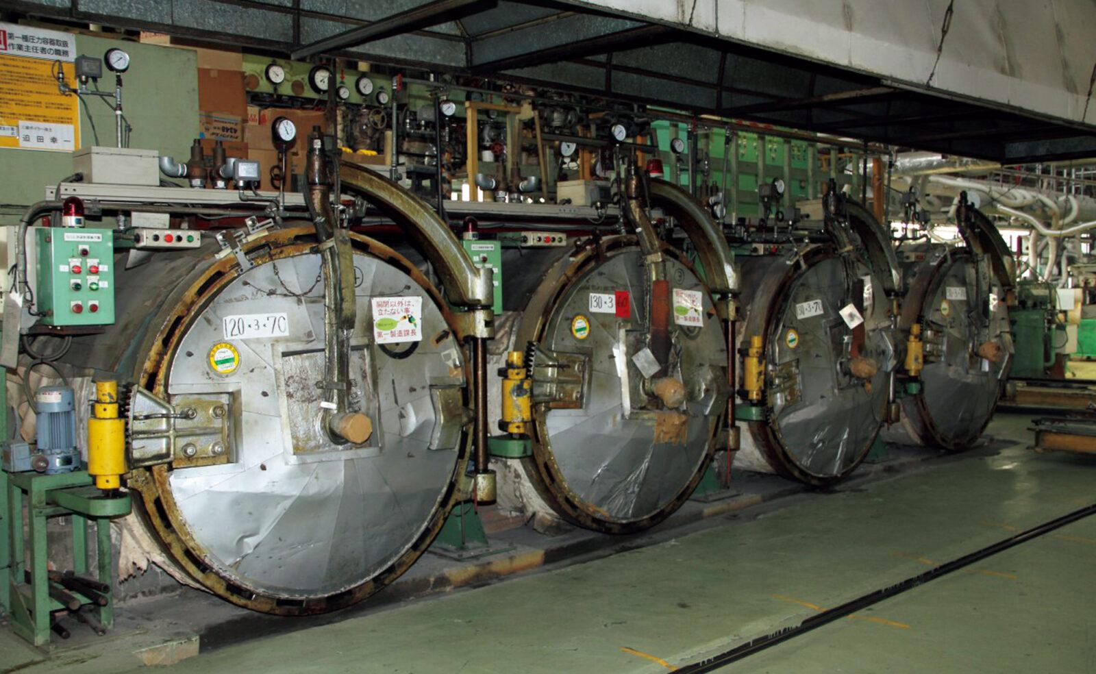 大きな稀少な加硫窯がバルカナイズド製法の基地。大きな窯で加圧・加熱し1時間。天然ゴムに加えた硫黄が化学反応を起こすことで糊付けされたアッパーとソールが接着される。