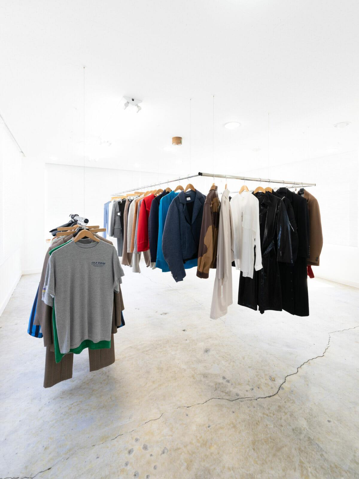 セール品や古着などで構成された3階フロア。ポールの配置だけが2階とは異なる形状に。