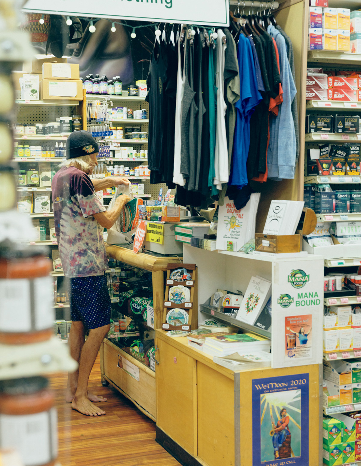 ヘルシーでリベラルな町としてのパイアの起点となった店〈MANA FOODS〉。サプリメントなども充実。裸足のお客さん率も高い。住所:49 Baldwin Ave. Paia/TEL:(1)808-579-8078/営:8時~20時30分/休:無 https://manafoodsmaui.com/