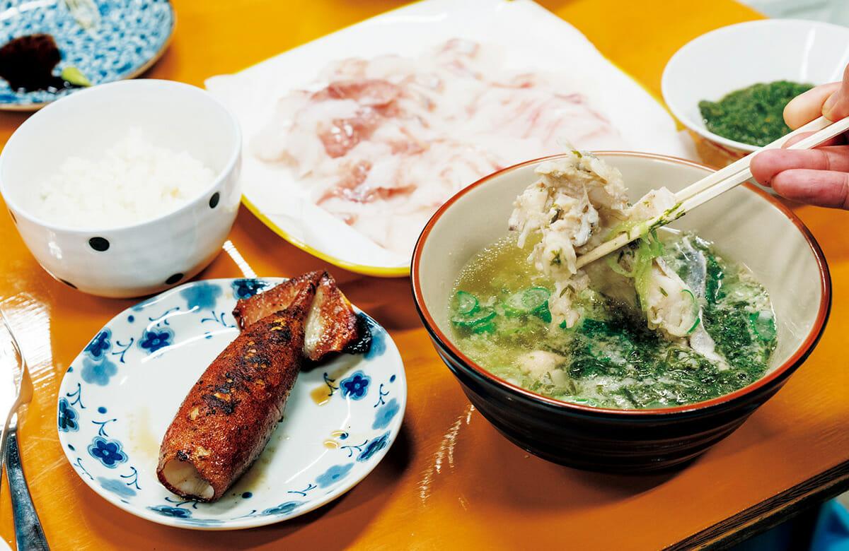 ご飯と汁はお代わり自由。食事中は酒井さんのトークつき。取材日はクジラについて。30分前まで泳いでいた魚が並び、感極まる。