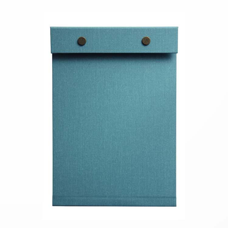 〈ポスタルコ〉のスナップパッドパンチで穴を開けた裏紙を留められる。コピー紙100枚までOKのA4や持ち運びに便利なA5がある。写真はA5 ライトブルー。¥3,900(ポスタルコショップ TEL:03-6262-6338)
