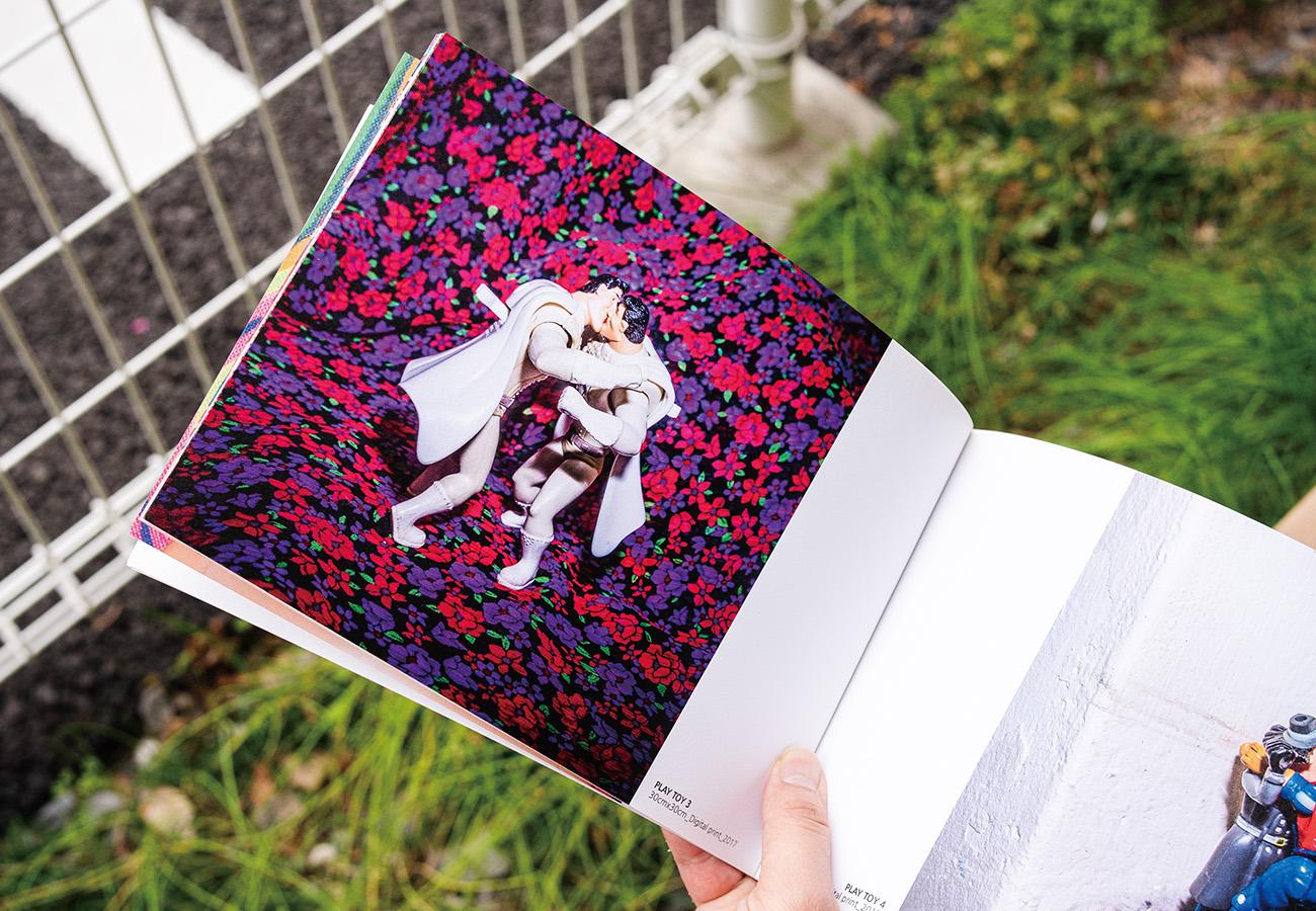 『GLASS CLOSET』【ソウル】ヤン・スンウク/著性の多様性をテーマにしたオランダの写真コンテスト『プライドフォトアワード』でグランプリを獲得した韓国の写真家ヤン・スンウクの作品集。スーパーマンやバービー人形などのフィギュアを用いて、性愛の形を示す。同性愛者の性やセックスがタブー視されてきた社会へのカウンターとして、それらをポップに表現している。¥2,530。