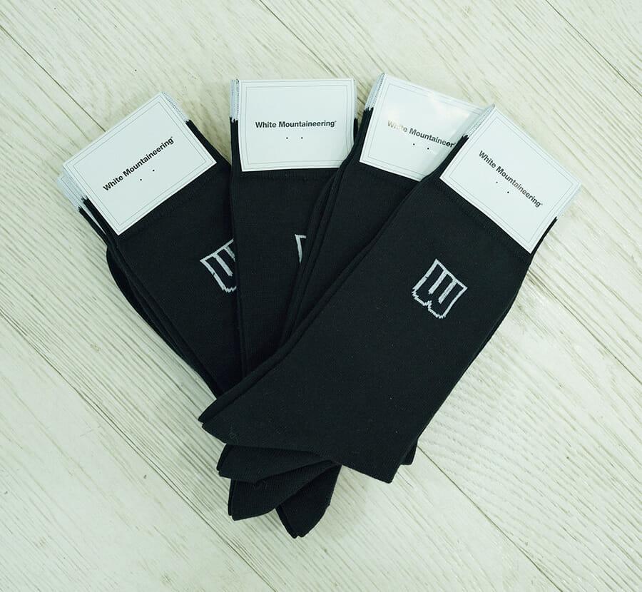 靴下は、自身のブランドのもの