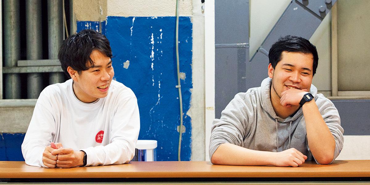 令和ロマン髙比良くるま(左)、松井ケムリ(右)。NSC東京校23期生。慶應義塾大学お笑いサークル〈お笑い道場O-keis〉で先輩後輩として出会い、魔人無骨を結成。2019年、改元とともに令和ロマンに改名。第7回NHK新人お笑い大賞優勝。神保町よしもと漫才劇場に出演中。毎週月曜『令和ロマンのご様子』(stand.fm)配信中。
