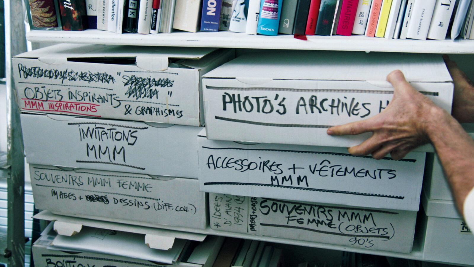 パリの自宅兼アトリエでは白い段ボール箱に整理。©2019 Reiner Holzemer Film ‒ RTBF ‒ Aminata Productions