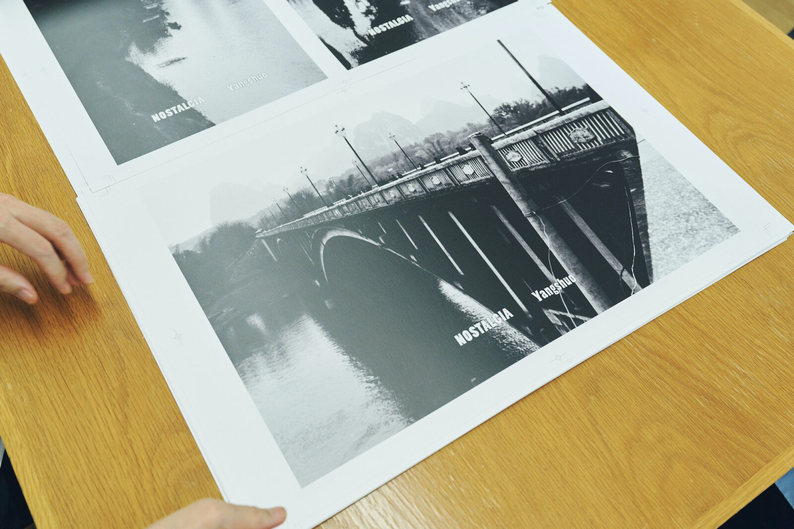 「陽朔にて(1993年頃)」。中国・桂林での撮影時に、葛西自らが古いカメラを携えて撮影した風景。