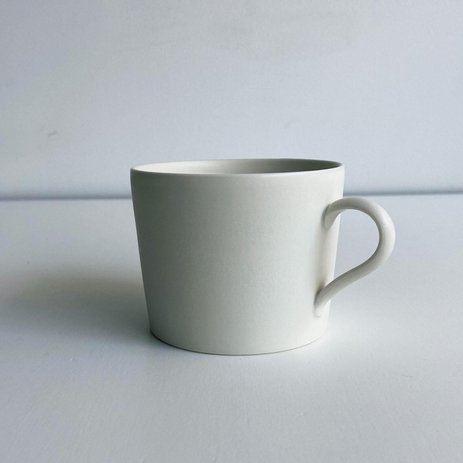 渡辺有子(料理家)滋賀県甲賀市の陶芸家、大谷哲也さんの作。最近ようやく手に入れることができました。シンプルだからこそ佇まいの美しさが際立つ、私にとって理想のコーヒーカップです。