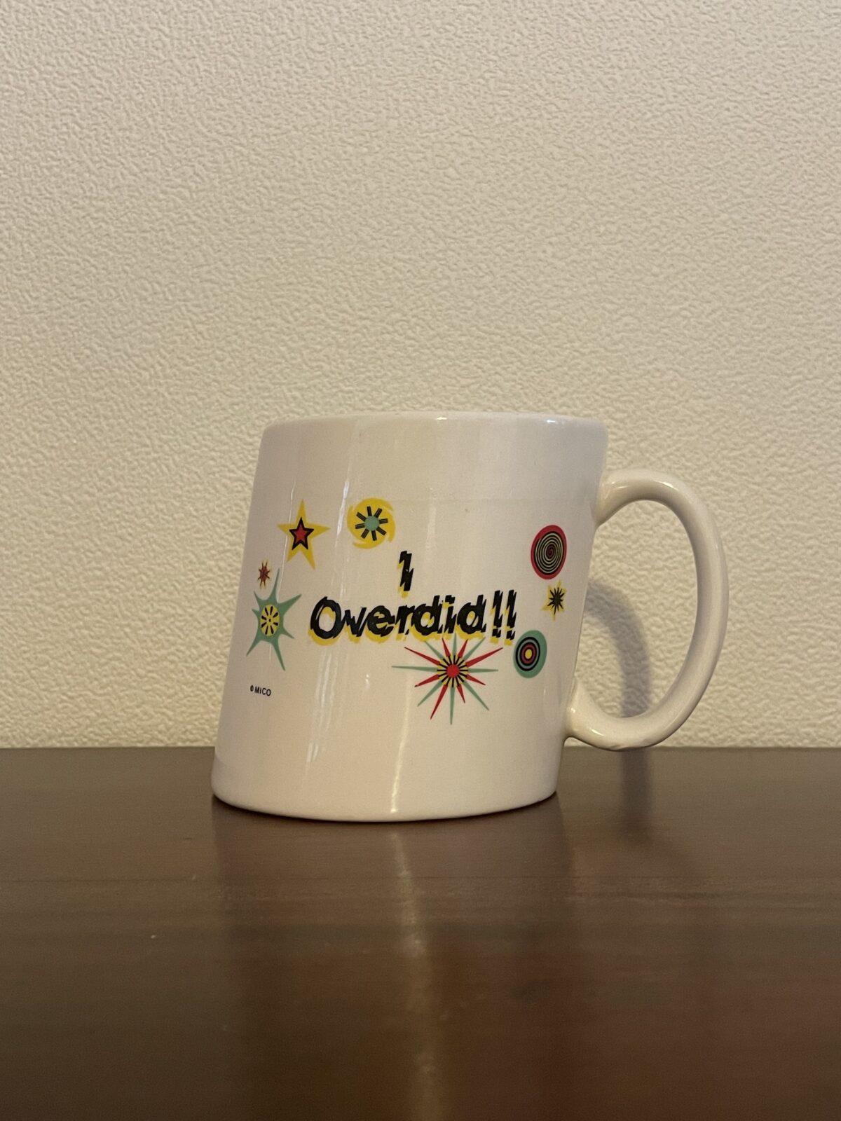 """斜めに傾向ているマグ。""""I overdid""""と書かれているので、おそらく飲みすぎた人には世界が斜めに見えるということを表現している。前述の「YAMASTORE」で購入。"""