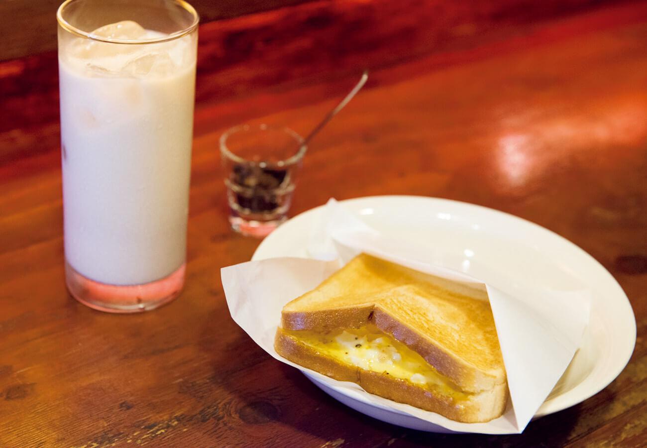 ホットタマゴサンド¥300。超半熟目玉焼きで作る卵サラダがとろ〜り。ミルキーな味わいのその名も「名称未定のカクテル」¥800。