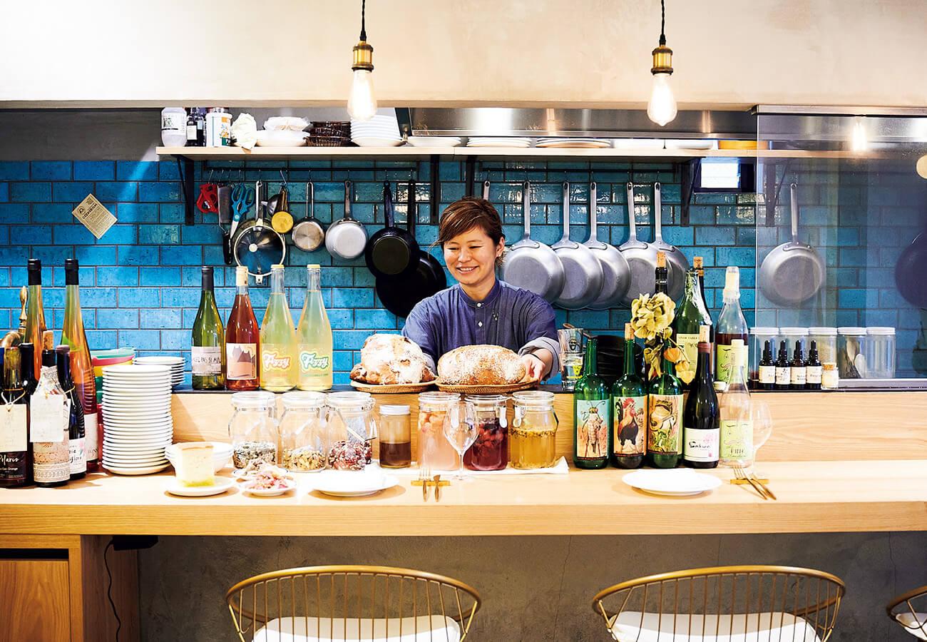〈Cizia〉のオーナーシェフ、ばばかつえさん。日本の食材を生かしたイタリアンがベースで、料理やパンを引き立てる疲れないワインを揃えている。