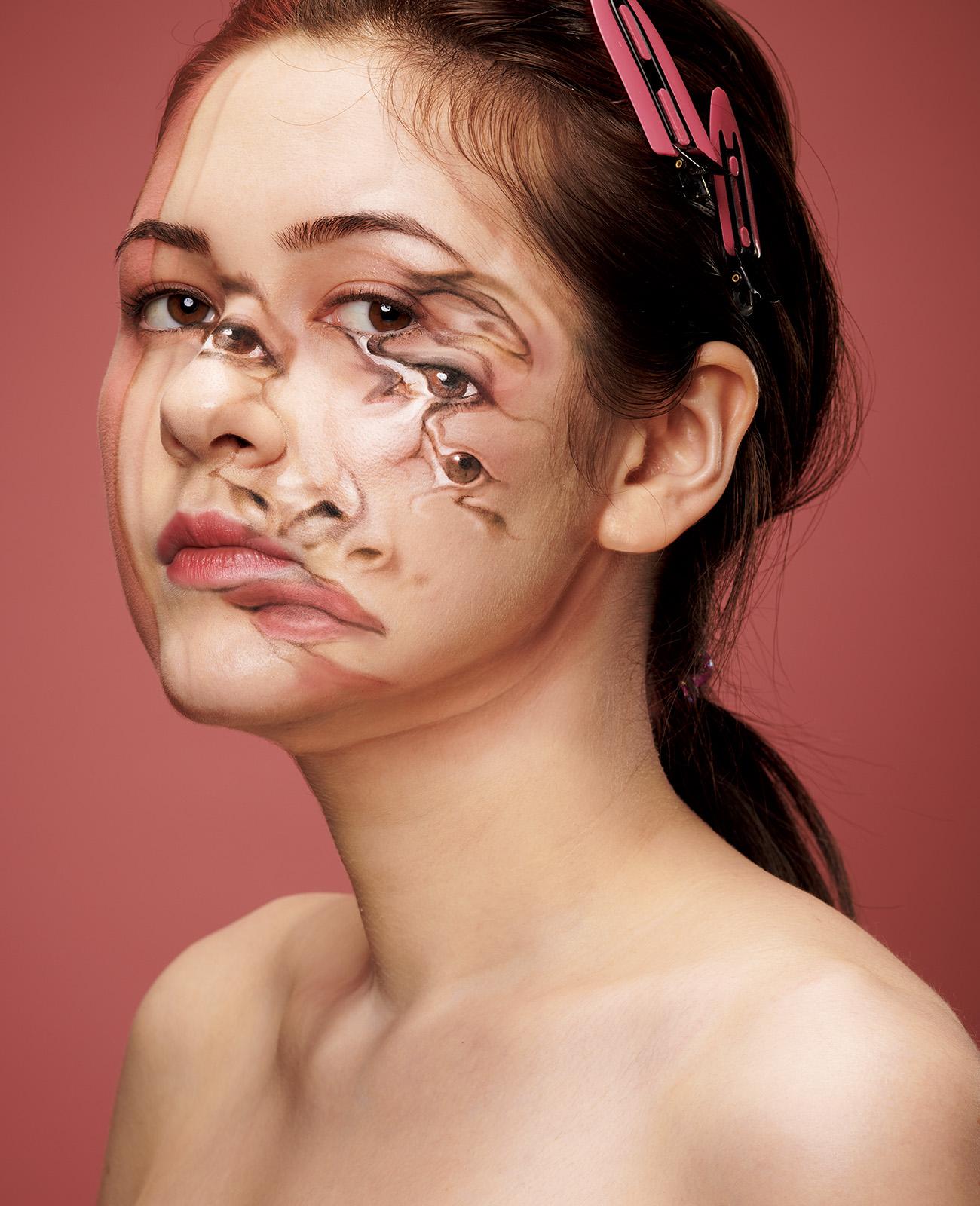 顔が溶けているように見えるトリックアート作品。
