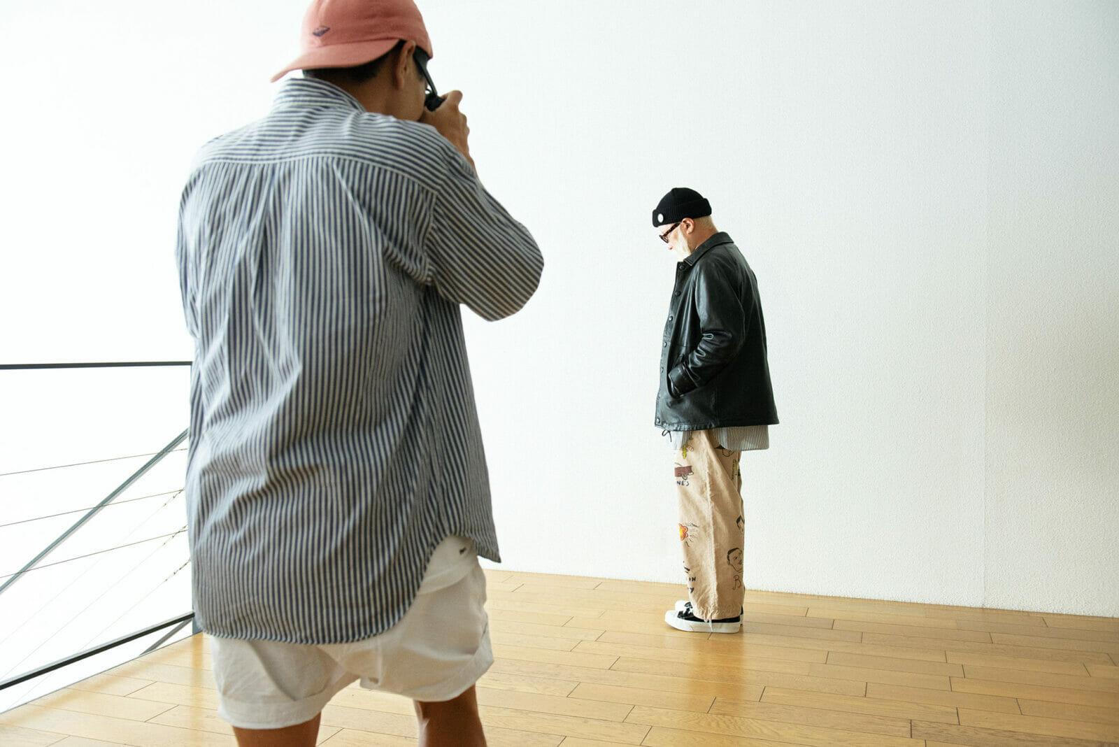 モデル役もカメラマンも、販売スタッフ。少ない言葉で的確に指示しながら撮影は進んでいく。
