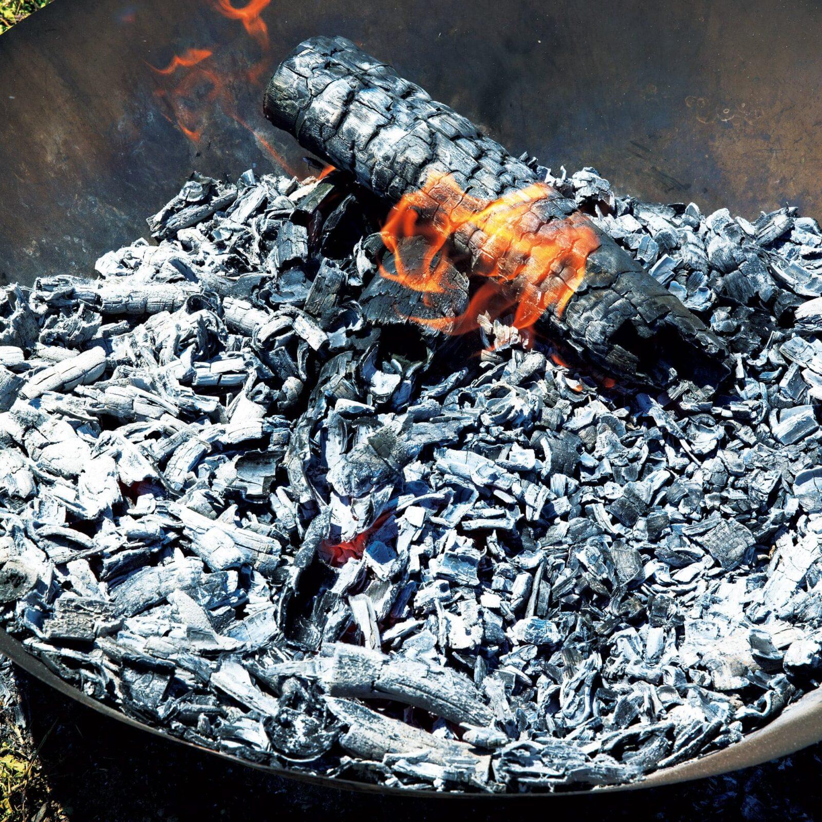 竹を燃やし1,200℃まで温度を上げて炭にし、土と混ぜることで微生物の住環境を整える。