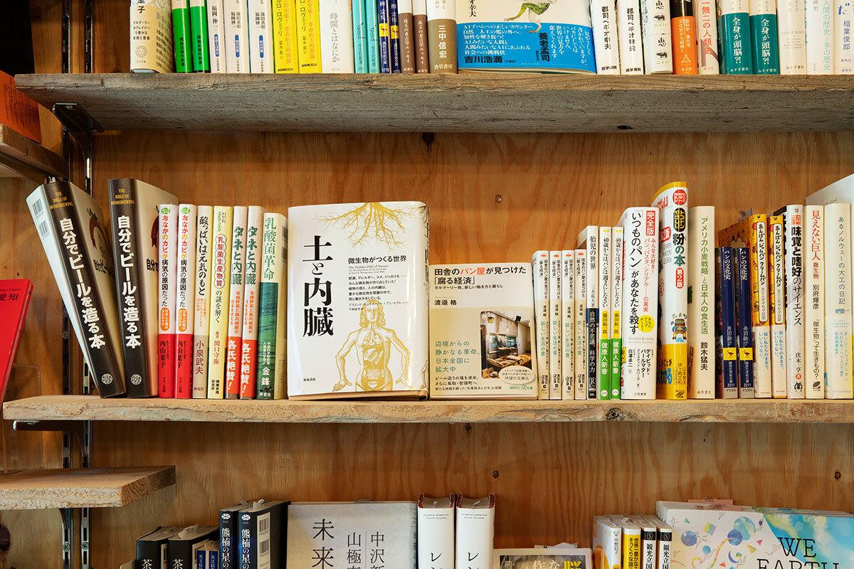 店内には、小倉さんがセレクトした発酵にまつわる本も。