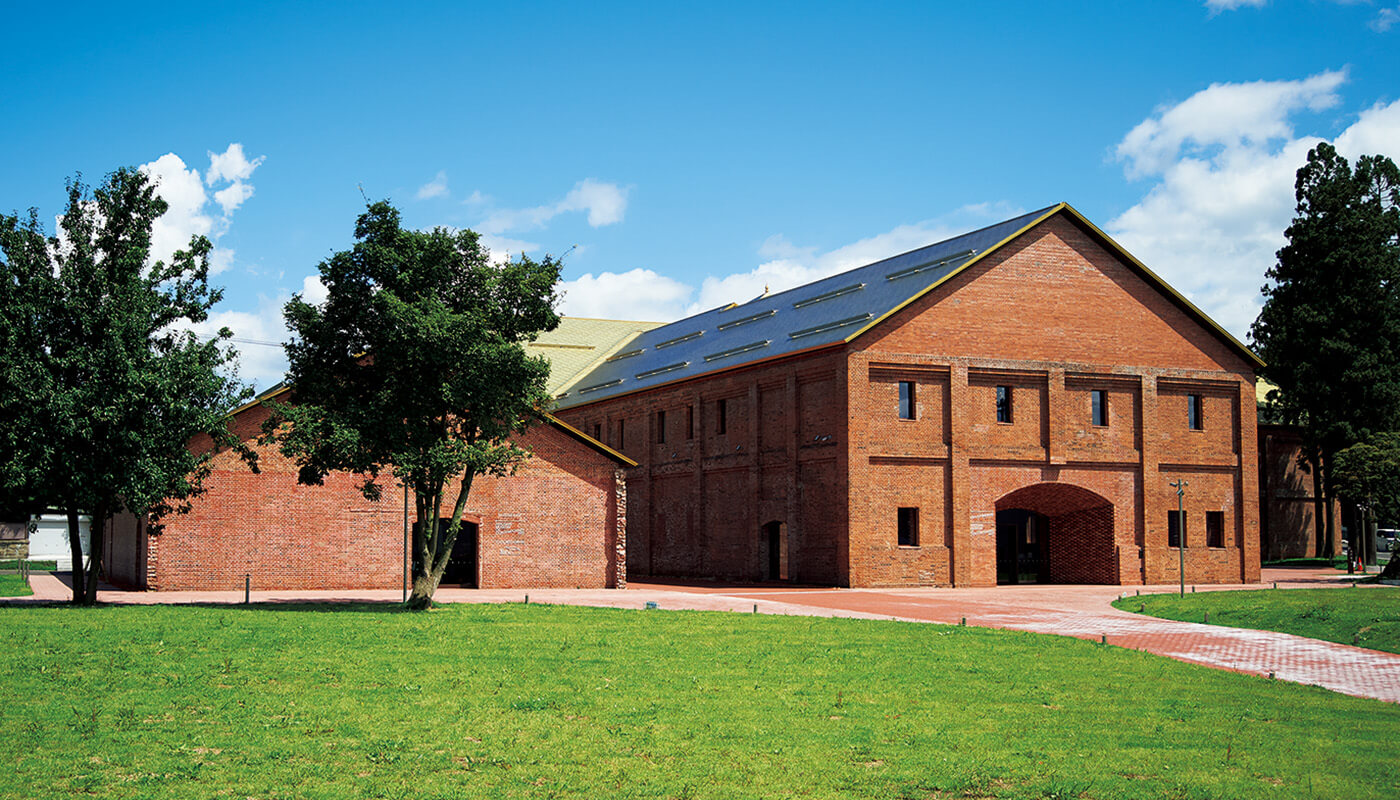 明治・大正期に建設され、元はシードル工場だった煉瓦倉庫を建築家の田根剛が改修した〈弘前れんが倉庫美術館〉。2階には入場無料のライブラリーも。住所:弘前市吉野町2-1   地図