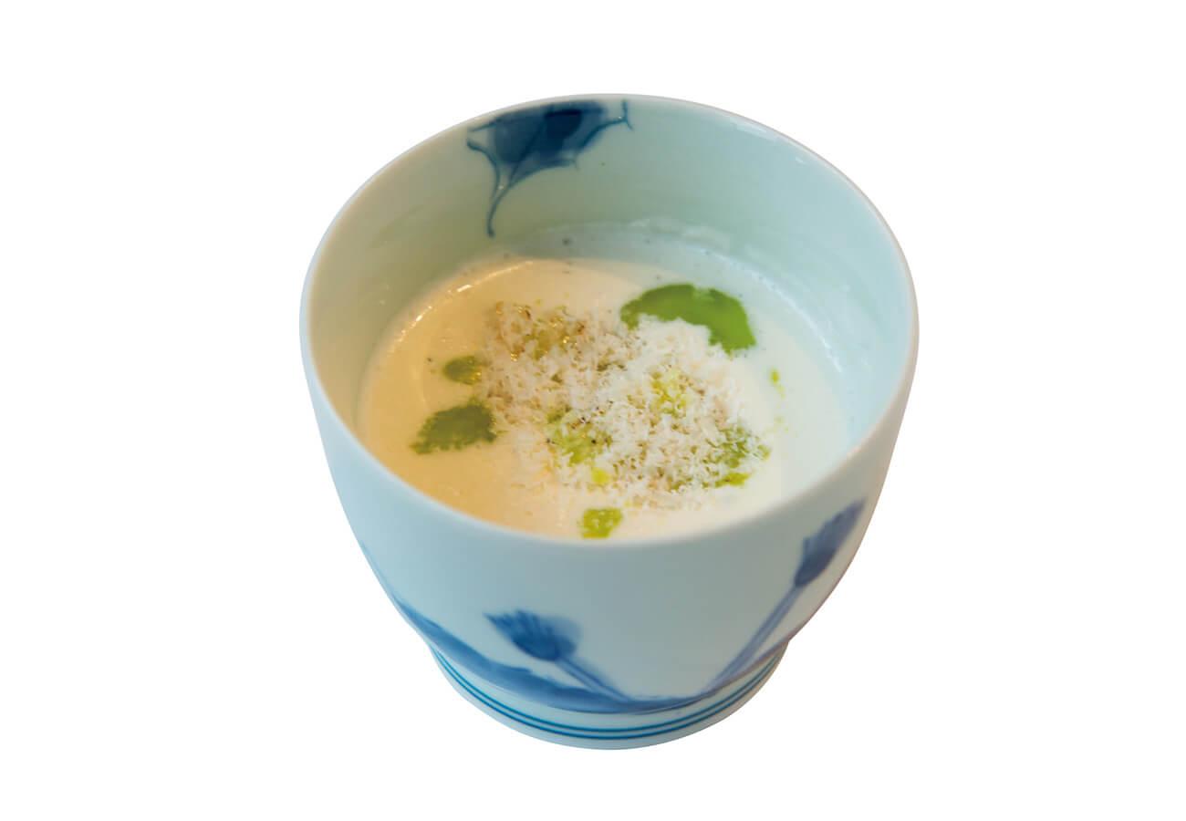 定番のスープより、本日はカリフラワーのクリーム¥660。器は有田の蕎麦猪口で。