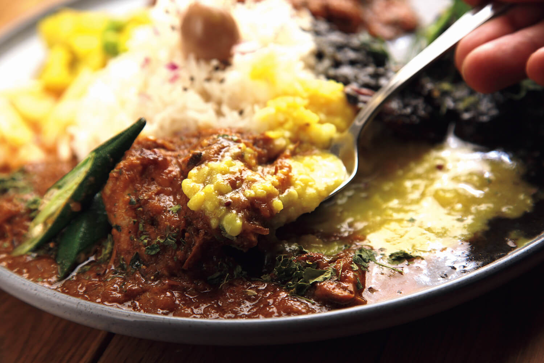 ご飯とダルを混ぜておいて、カスリメティを混ぜたチキンカレーと、いざ合体。