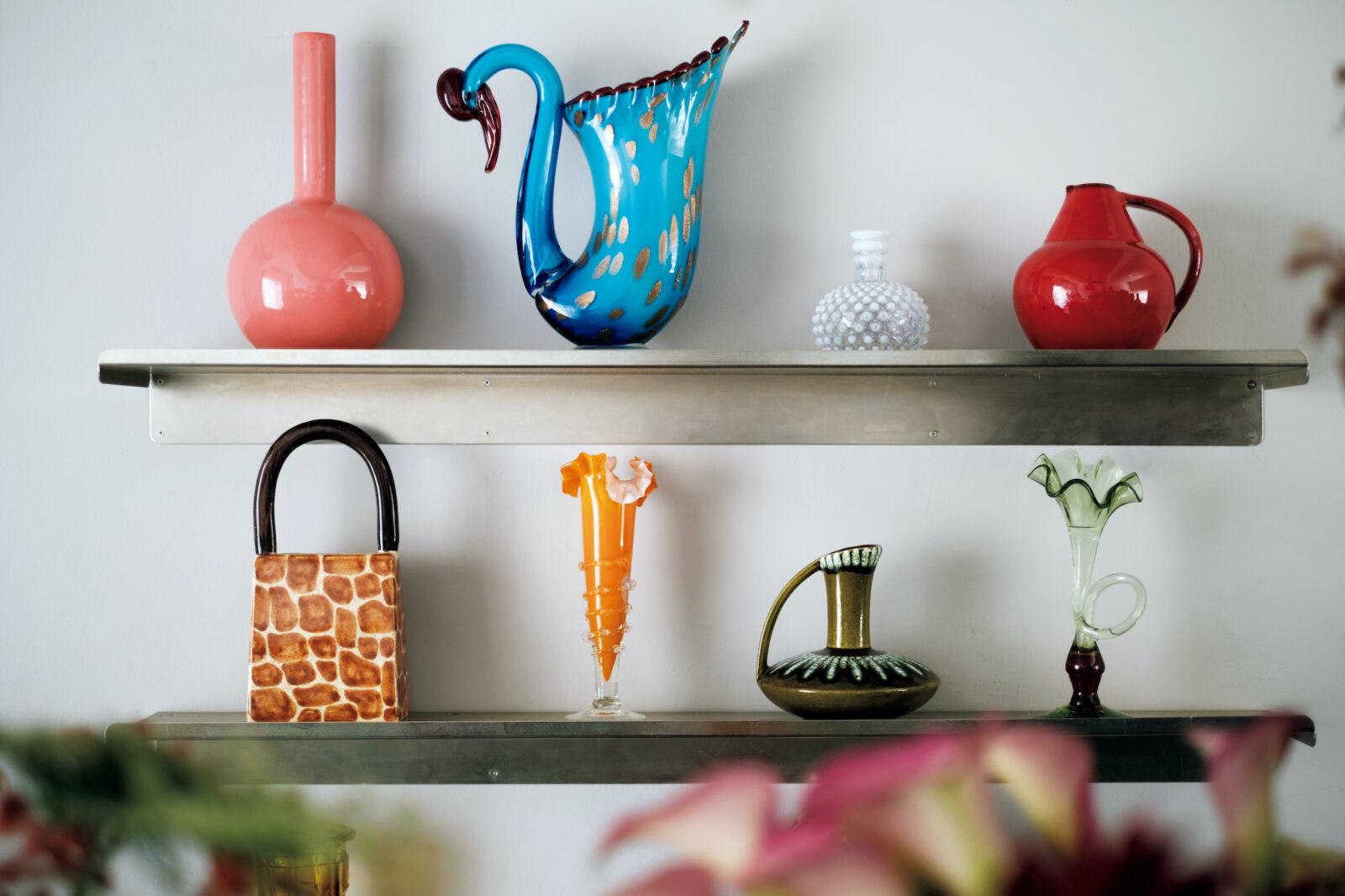 バルセロナのデザイナー、バレリア・バッシの作品(左上)など一点ものの花器は販売も。