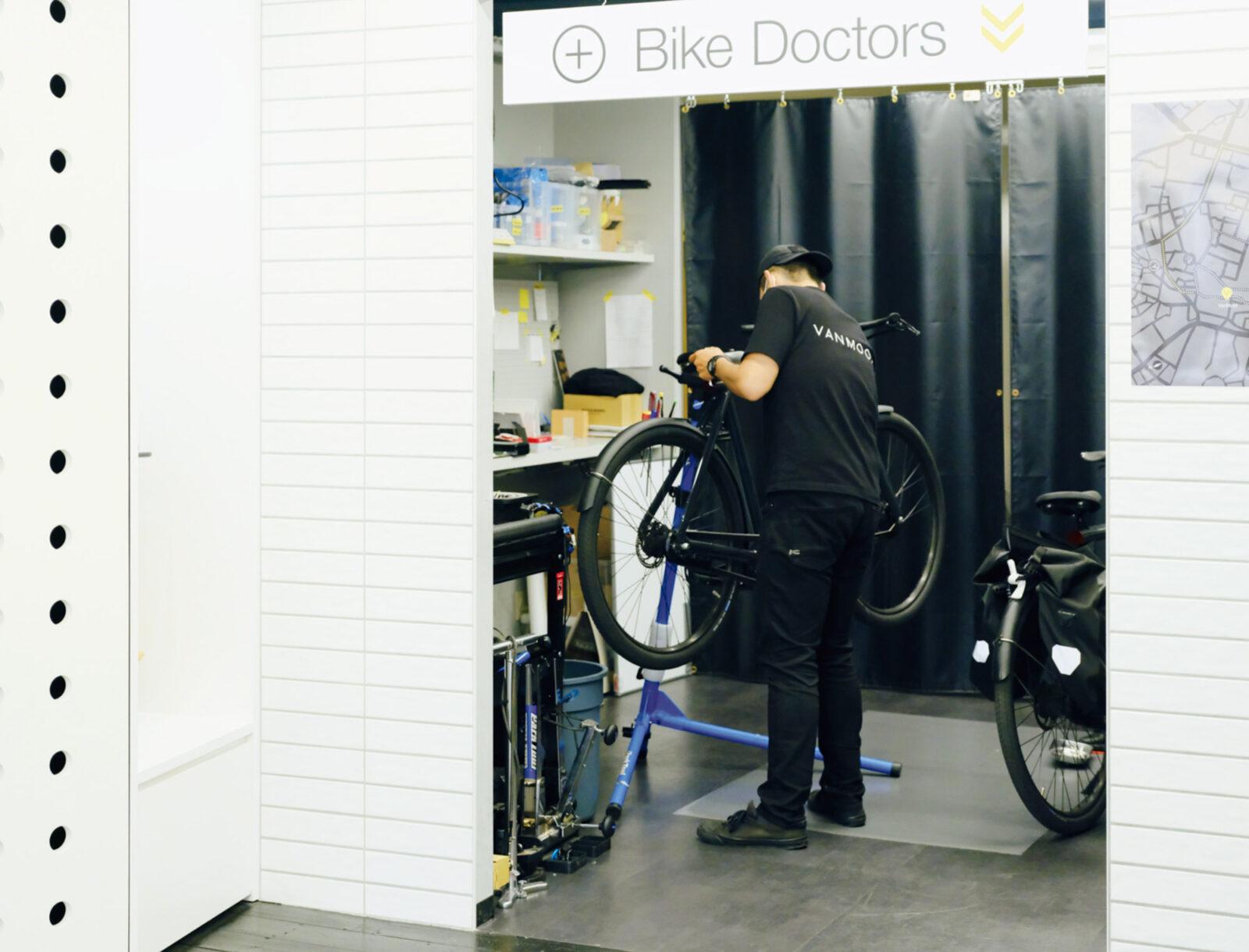 整備エンジニアとバイクハンターがいる直営店。