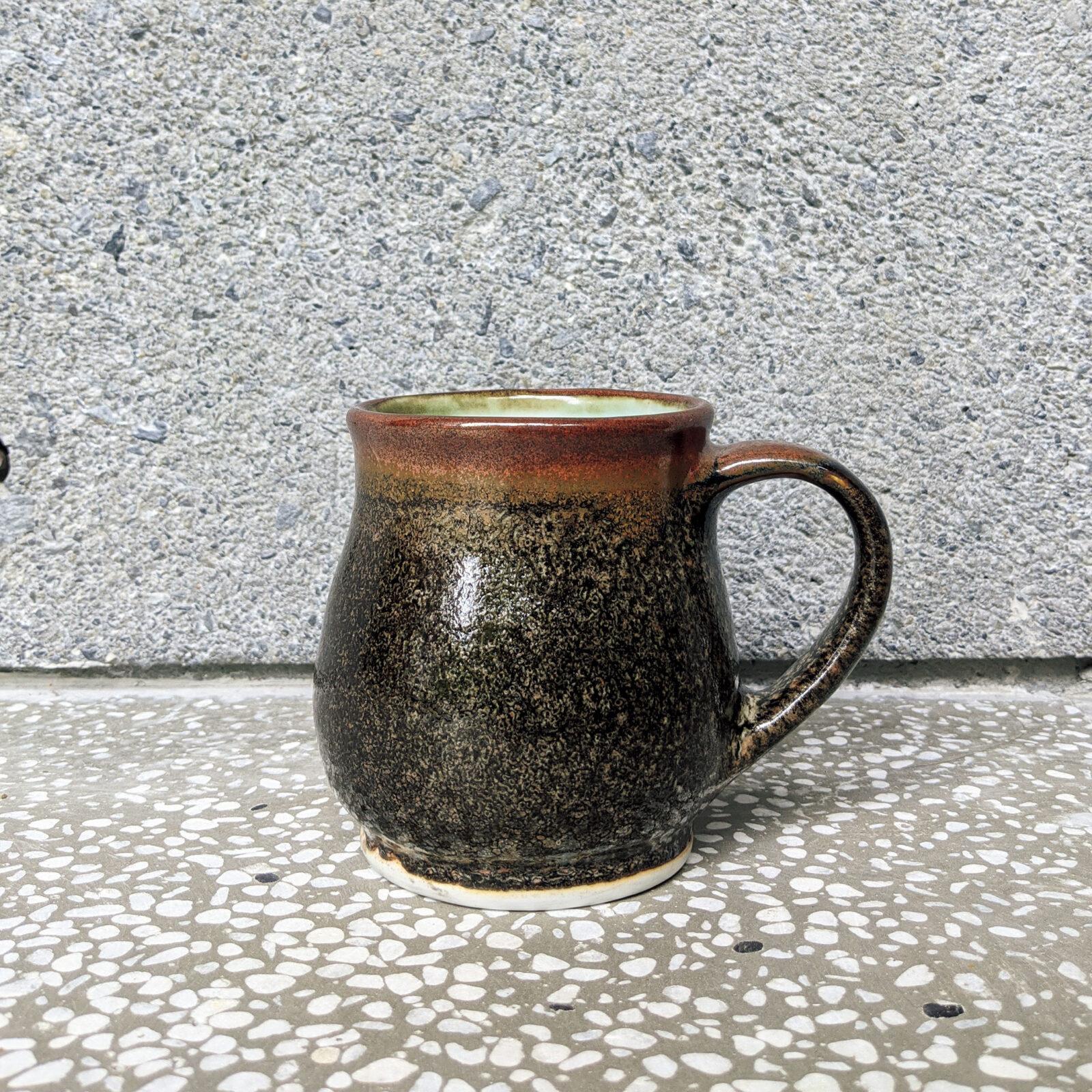 デーヴィッド・マークス(文化史執筆者)毎朝コーヒーを飲んでいますが、何年か前、母親が陶芸をやっていた頃、このマグカップをクリスマスでもらいました。使いやすくて、丈夫で、デザインが和っぽくて大好きです。