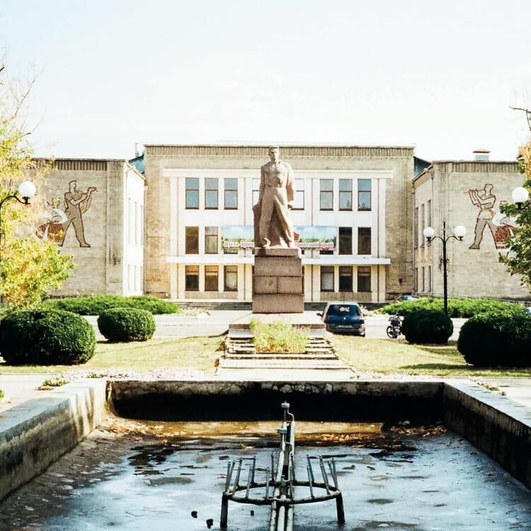 銅像と文化大ホール