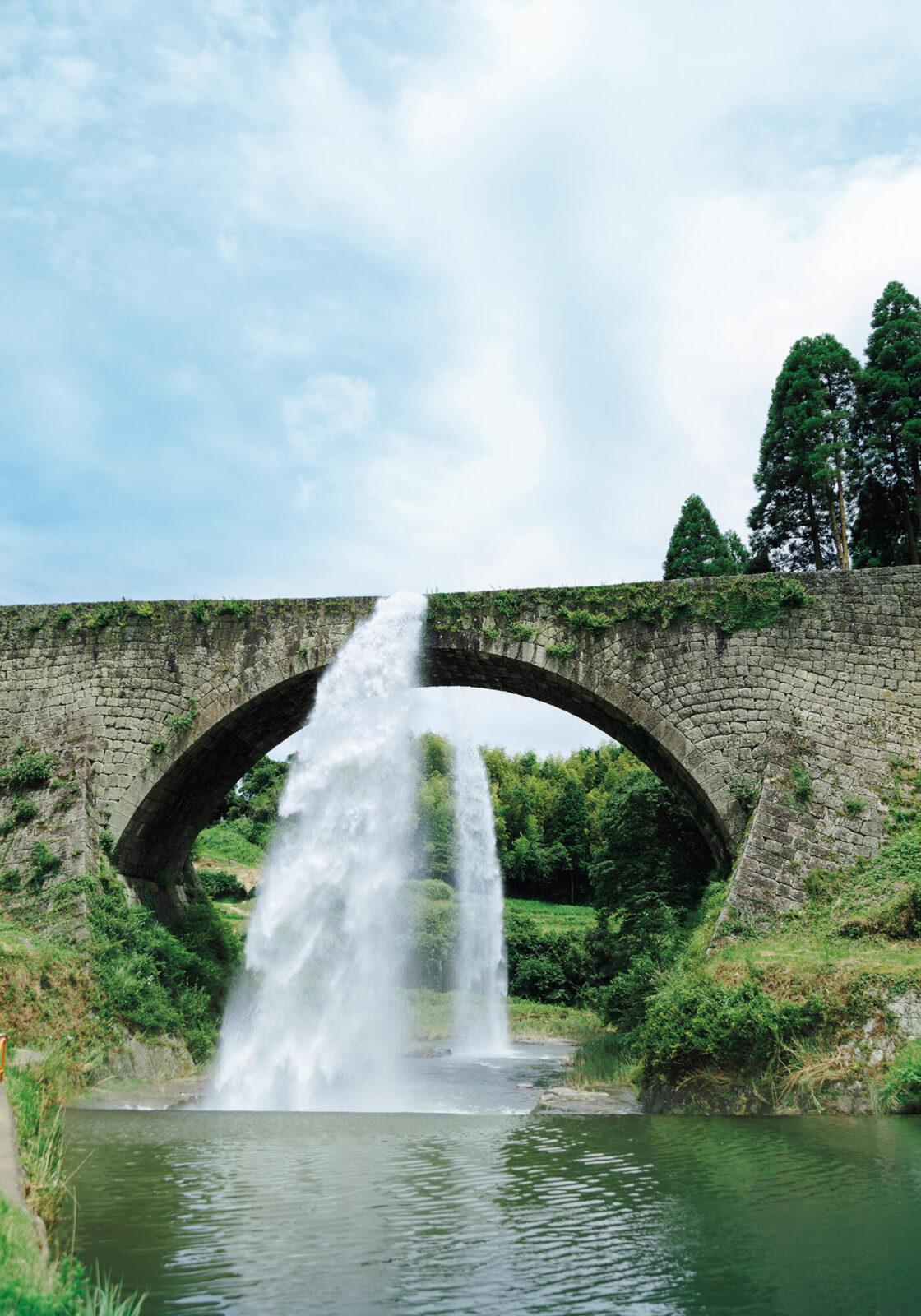 江戸末期、水不足に悩む白糸台地への配水のために造られた通潤橋。水路に詰まった土砂を吐き出すための、高さ20mから行う放水が圧巻。2016年の熊本地震により中止していたが、今年7月より待ちに待った再開となった。