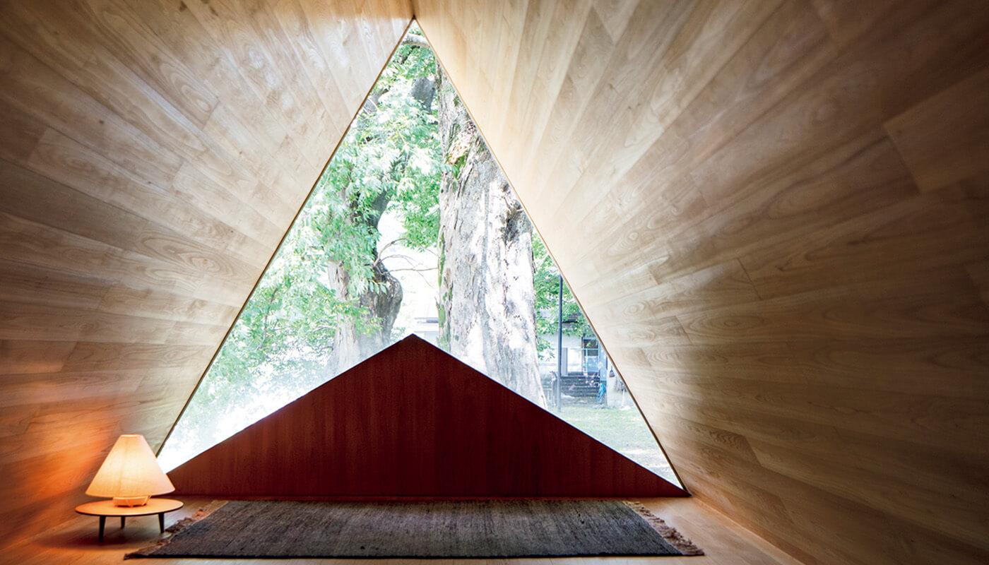 壁がない三角形の部屋が印象的な〈吉野杉の家〉。住所:吉野郡吉野町飯貝624 | 地図