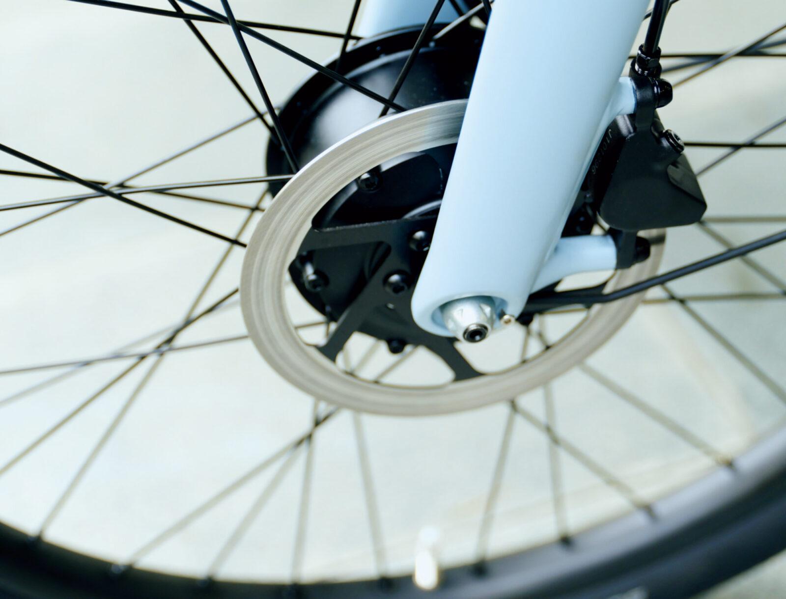 小型化し静音性が増した最新モーターは前輪に。