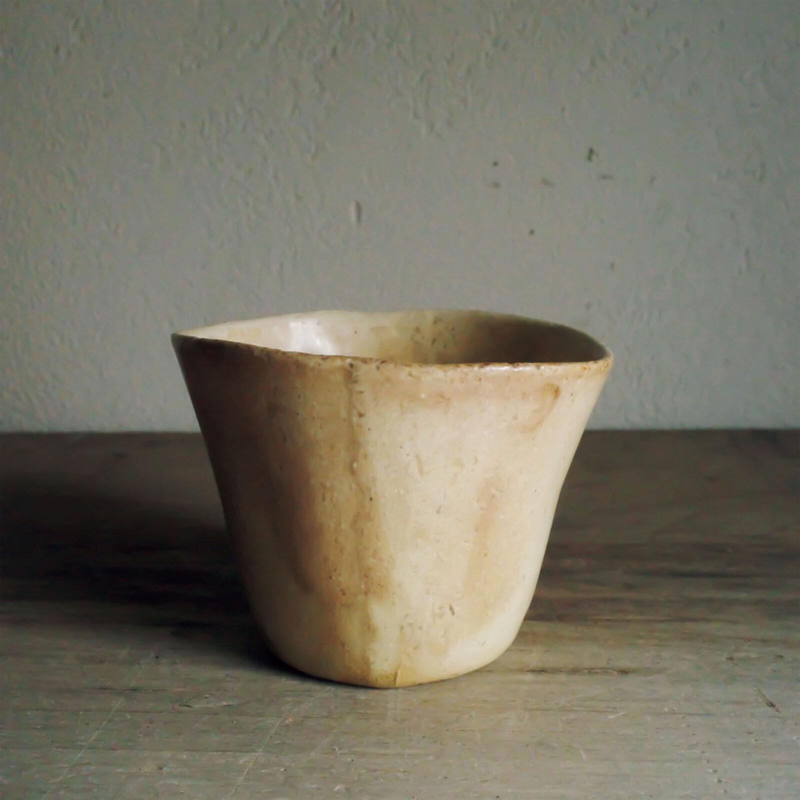 西坂晃一(〈白日〉店主)歪みがあり手馴染みが良く、毎日愛用しています。鹿児島の駆け出し陶芸家、岩切秀央さんのもの。古物のような雰囲気もあり、10年後にどうなるか、育てるのが楽しみな器です。