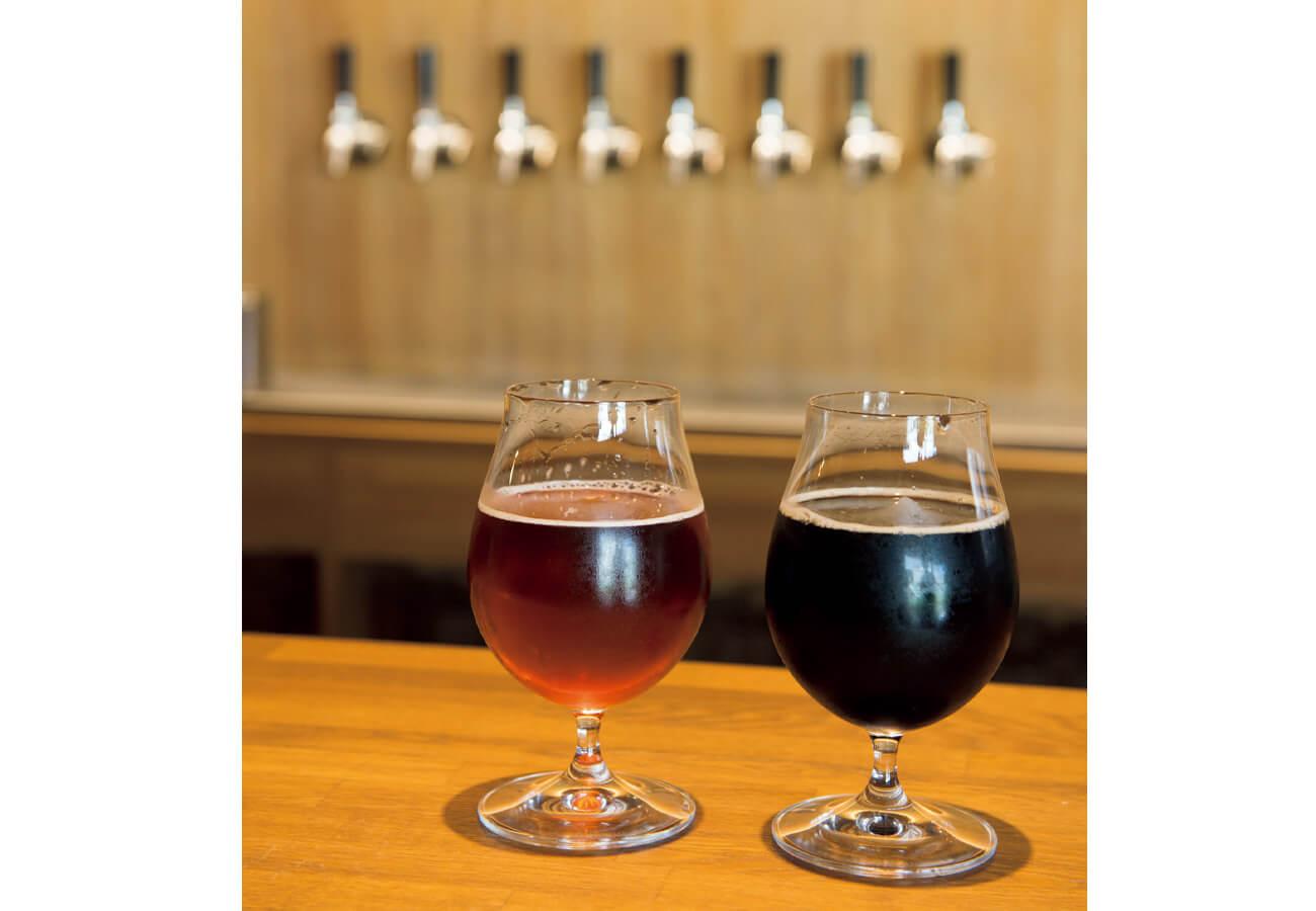 スモールはステムグラスで。1/2パイントより多めの300㎖強。左から、自社醸造のペールエール#024、ポーター#025各¥800。